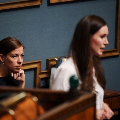 Opetusministeri Li Andersson (vas.) ja pääministeri Sanna Marin (SDP) eduskunnan suullisella kyselytunnilla Helsingissä 17. syyskuuta 2020.