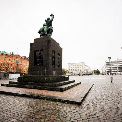 Suomen Vapaudenpatsas autiolla Vaasan torilla 6. lokakuuta 2020.