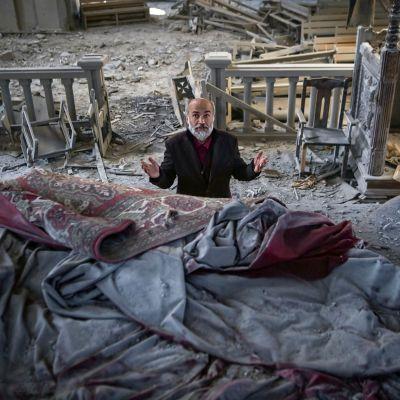 Mies rukoileee pommi-iskussa tuhoutuneessa kirkossa Azerbaidžanin Shushassa.