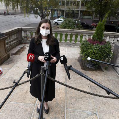 Sanna Marin tapaa mediaa Säätytalon portailla ennen hallituksen iltakoulua.