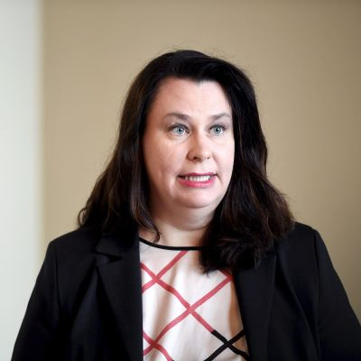 Perustuslakivaliokunnan puheenjohtaja Johanna Ojala-Niemelä perustuslakivaliokunnan tiedotustilaisuudessa eduskunnassa Helsingissä 14. heinäkuuta 2020