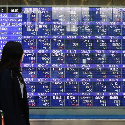 Kuvassa on pörssikurssitaulu Tokiossa.
