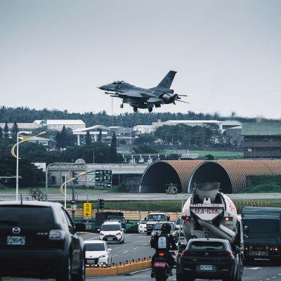 Kuvassa F16-hävittäjä laskeutuu  Taiwanissa.