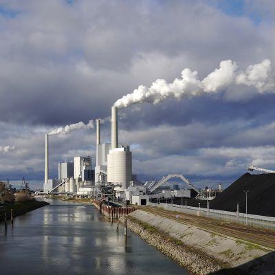 Kuvassa on hiilivoimalaitos Saksassa.