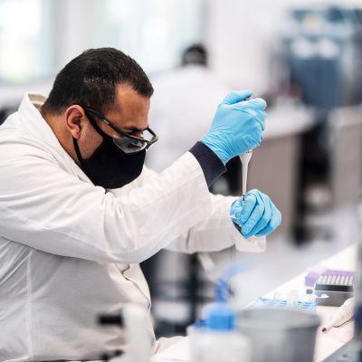 AstraZenecan rokotetta testataan mAbxience-laboratoriossa, Garinissa, Argentiinassa.