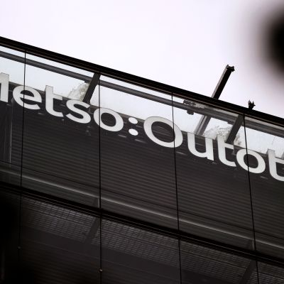 Metso Outotecin logo Helsingissä.