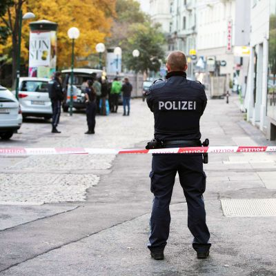 Poliisi vartioi kadulla Wienissä.