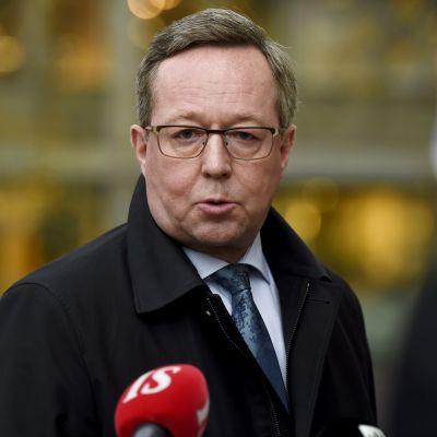Elinkeinoministeri Mika Lintilä (kesk.) menossa hallituksen neuvotteluihin Säätytalolle Helsingissä 3. marraskuuta 2020.