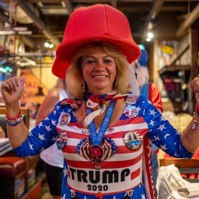 Naisella Trump-fanituotteita yllään
