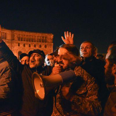 Kuvassa on mieltään osoittavia armenialaisia miehiä.