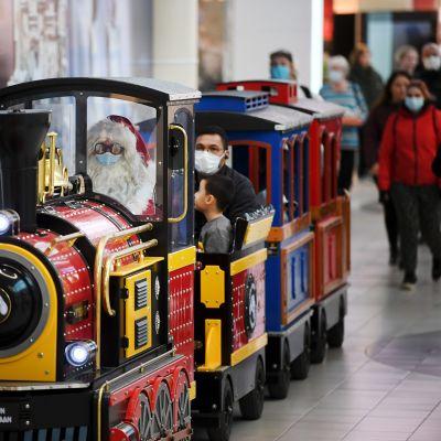 Joulupukki ohjaa Korvatunturin junaa kauppakeskus Jumbon joulunavauksessa Vantaalla 14. marraskuuta 2020.