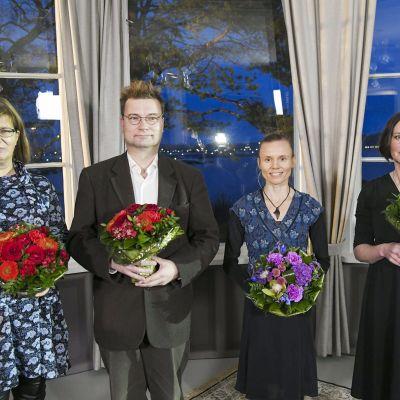 Tietokirjallisuuden Finlandian voittaneet Seija-Leena Nevala (vas.) ja Marko Tikka, kaunokirjallisuuden Finlandian voittanut Anni Kytömäki sekä lasten- ja nuortenkirjallisuuden Finlandian voittanut Anja Portin Helsingissä 25. marraskuuta 2020.
