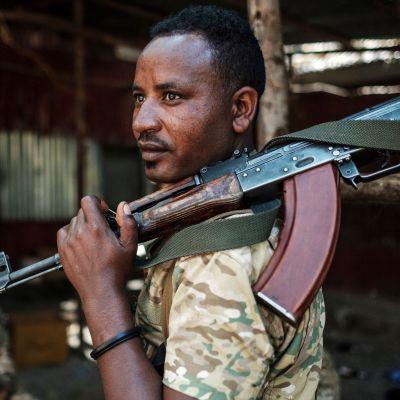Amharan osavaltion erikoisjoukkoihin kuuluva sotilas Tigrayssa, missä käydään sotaa Tigrayn alueellista armeijaa vastaan.