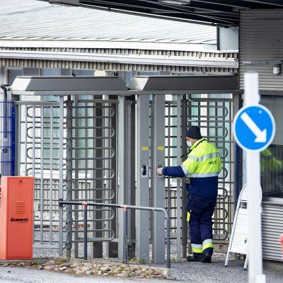 Työntekijä Nesteen Naantalin jalostamon pääportilla.