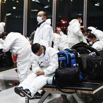 Aasialaisia matkustajia odottamassa lentoa Helsinki-Vantaan lentokentällä maanantaina 21. joulukuuta.