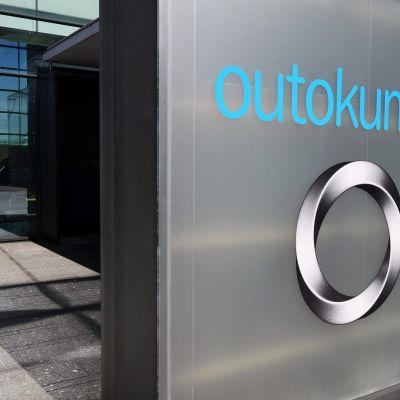 Teräsyhtiö Outokummun logo yhtiön pääkonttorilla Salmisaaressa Helsingissä.