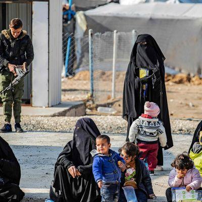 Naisia ja lapsia aurinkoisessa säässä al-Holin leirillä Syyriassa 21. joulukuuta.