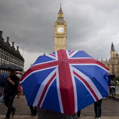 Union Jack -sateenvarjo ja Bin Ben Lontoossa vuonna 2016.