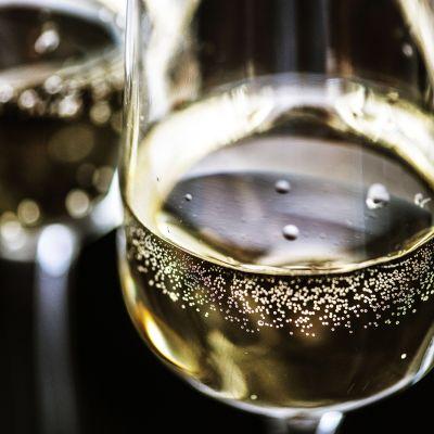Kuohuviiniä ja kuplia lasissa.
