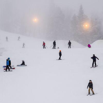 Laskettelua Vihti Ski Centerissä 5. tammikuuta 2021.