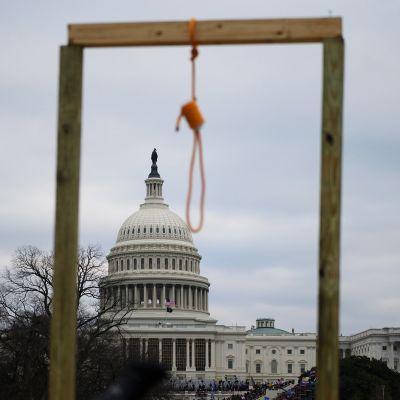 Etualalla hirttosilmukka, takana Capitol.