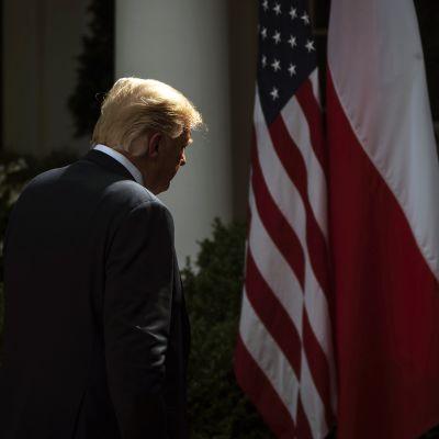 Yhdysvaltain presidentti Donald Trump poistuu lehdistötilaisuudesta.