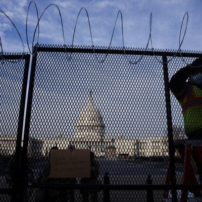 Piikkilankaa viritetään Capitolin ulkopuolelle.