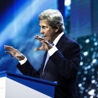 John Kerry puhuu ilmastokonfrensissa Portugalissa.