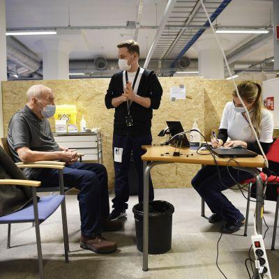 Heikki Rautakorpi odottaa koronavirusrokotetta rokotuspaikalla Jätkäsaaressa.