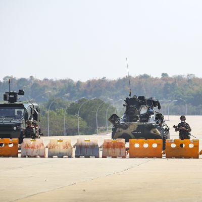 Sotilaita ja tankkeja tiesululla Myanmarissa.
