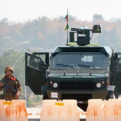 Sotilas vartioi tiesulkua Myanmarissa.