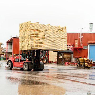 UPM Kaukaan sahan pihamaalla trukki vie isoa lautakasaa kuivaamoon.