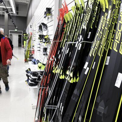 Asiakas katsoo suksivalikoimaa myymälässä Vantaalla.