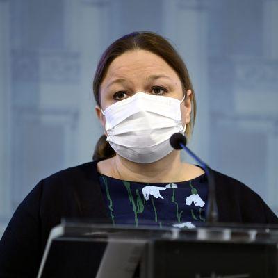 Perhe- ja peruspalveluministeri Krista Kiuru kertoi hallituksen esityksestä tartuntatautilain muutoksiksi rajojen terveysturvallisuuden parantamiseksi mediatilaisuudessa.