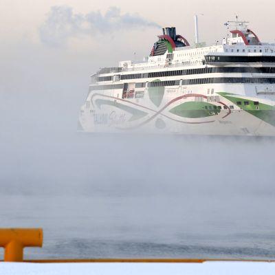 Tallink Siljan Megastar-matkustajalaiva merisavun keskeltä.