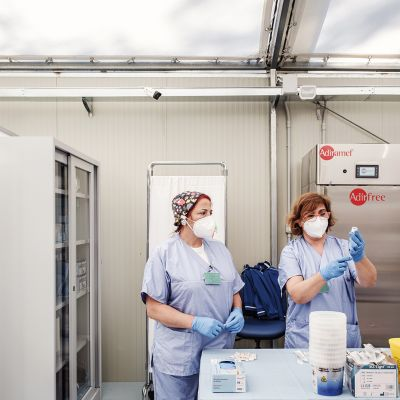 Henkilökunta valmisteli Astra Zenecan rokotteita.