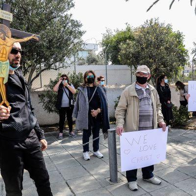 Mielenosoittajia Kyproksen yleisradioyhtiön edustalla vastustaen Kyproksen viisuvalintaa.