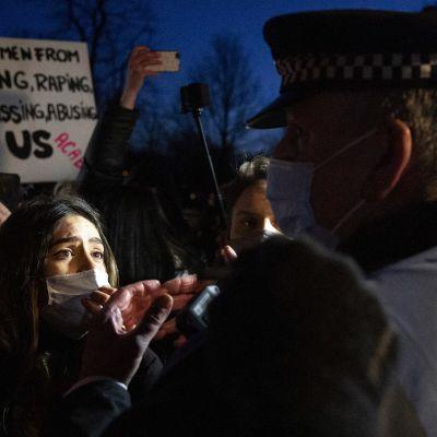 Ihmisiä ja poliiseja muistotilaisuudessa Lontoossa.