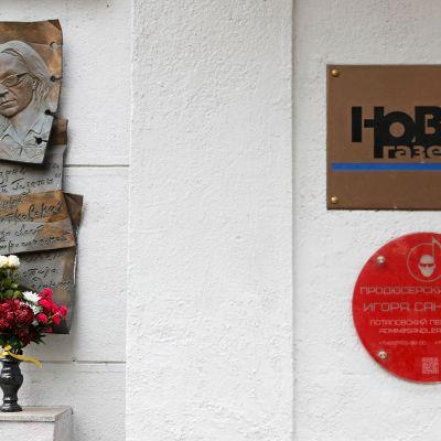 Venäläisen toimittajan Anna Politkovskaya muistomerkki.
