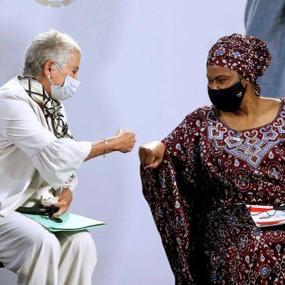 Mexikon sisäministeri Olga Sanchez Cordero ja YK:n naisjärjestön johtaja Phumzile Mlambo-Ngcuka tervehtivät nyrkein.