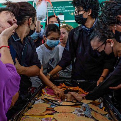 Ihmiset surevat menehtynyttä mielenosoittajaa hautajaissa Yangonissa, Myanmarissa.