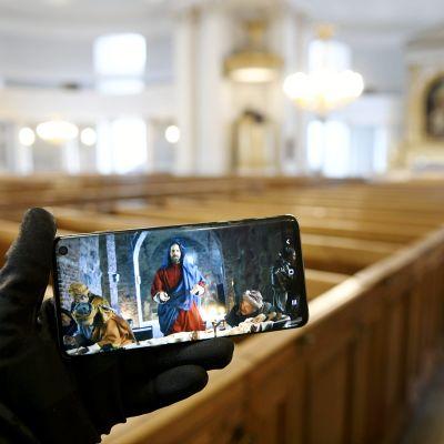 Via Crucis -elokuva matkapuhelimen näytöllä.