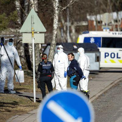 Poliiseja rikospaikalla Turun Pernossa.