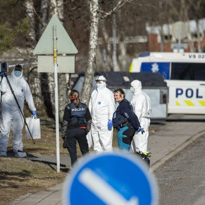 Poliisi sai aamuneljän jälkeen ilmoituksen ampumisesta kerrostalossa Turun Pernossa 3.huhtikuuta 2021.