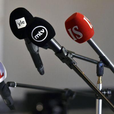 Mediayhtiöiden mikrofoneja eduskunnan Valtiosalissa Helsingissä.