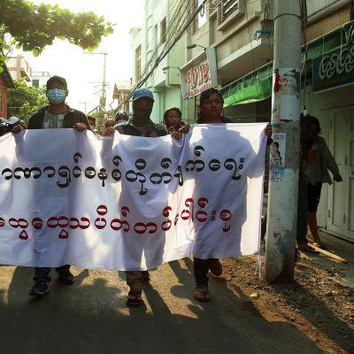 Sotilasjuntan vastainen mielenosoitus Mandalayn kaupungissa.