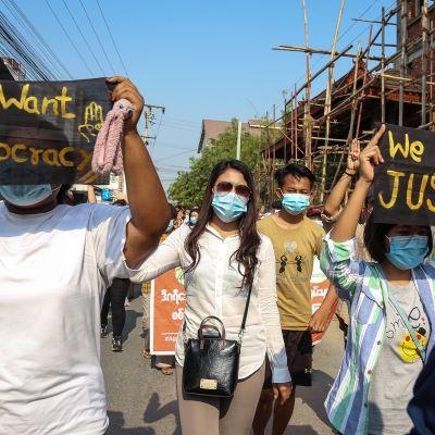 Nuoret osoittavat mieltään Mandalayssa.