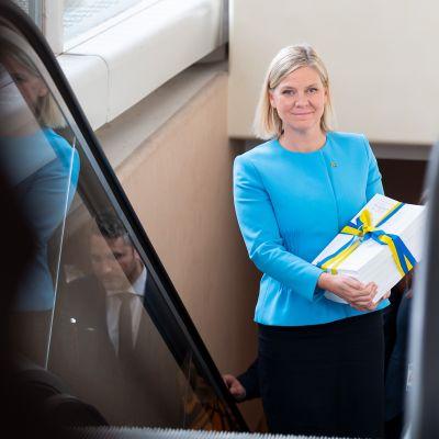 Ruotsin talousministeri Magdalena Andersson saapuu Ruotsin eduskuntaan 2021 budjetin kanssa.