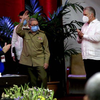 Miguel Diaz-Canel Bermudez taputtaa.