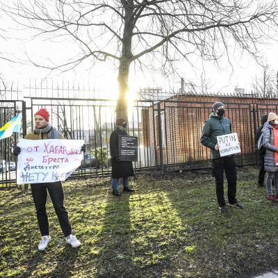 Aleksei Navalnyin vapauttamista vaativa mielenositus Venäjän suurlähetystön edustalla Tukholmassa.